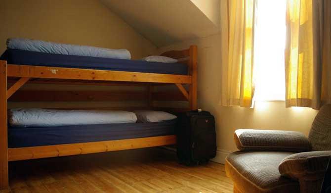 Arnies-Backpackers-Room-1